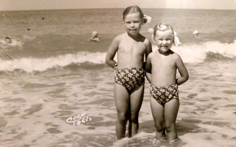 Со старшей сестрой. Сочи, 1961.