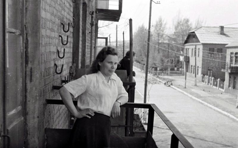 Мама на балконе дома номер 8 в переулке Боша — сюда пришёл вызов в мединститут, здесь были прожиты все военные годы.