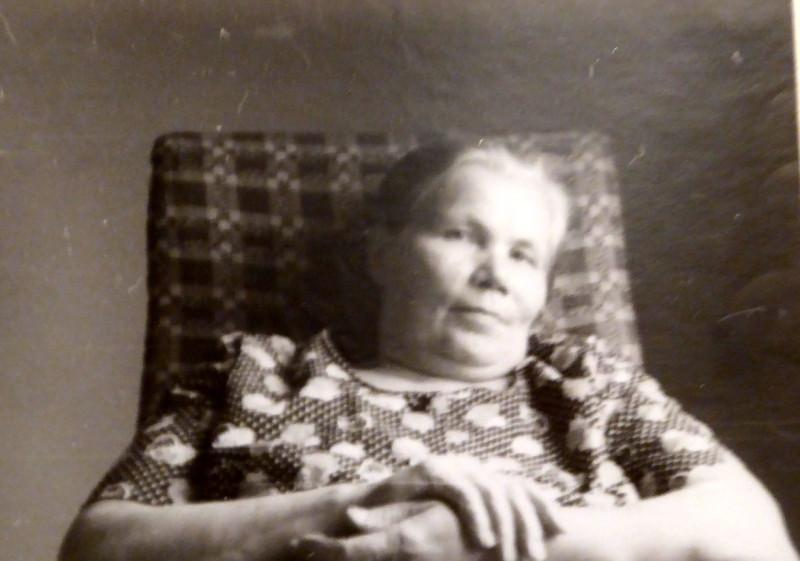 Это мама. Никогда, впрочем, спицами не вязавшая (крючком немного пробовала, да пальцы рано начали у неё болеть), но напомнившая мне на этом снимке Клавдию Ивановну, ни одного фото которой у меня, к сожалению, нет.