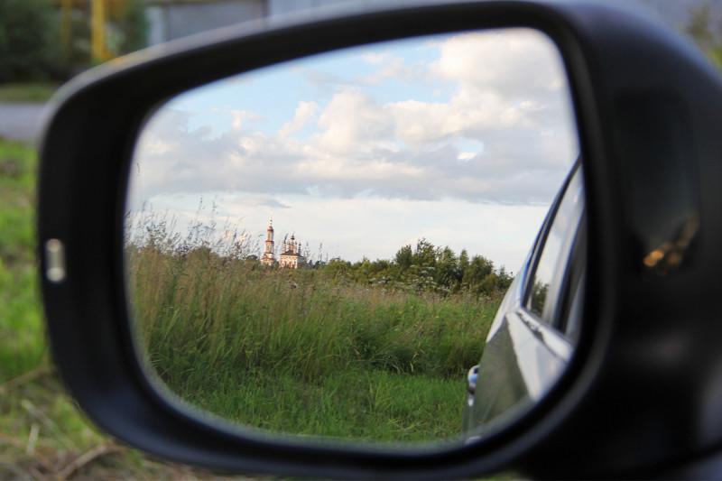 Очень хотелось кадров с полем, с отражением старинной колокольни в зеркале, с травами и закатом. Окрестности Суздаля - то, что надо.