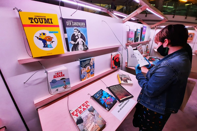 Линия комиксов - отдельное пространство, выделенное под комиксы на разных языках. На фото - выставка, но была и потребительская линия и 11 российских издательств.