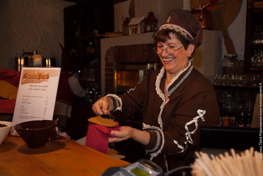 Миссис Санта угощает рождественским печеньем в Санта Парке.