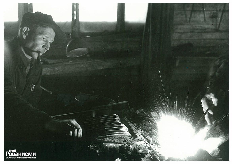 Кузнец на фабрике Марттиини в 1930-х годах.