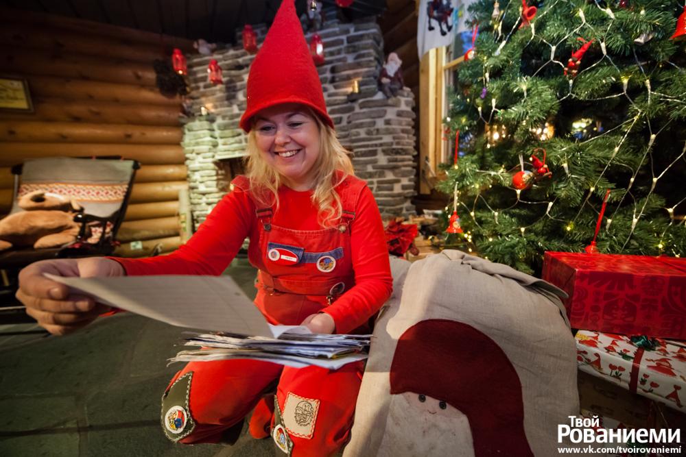 Эльф читает письма на почте Санта Клауса