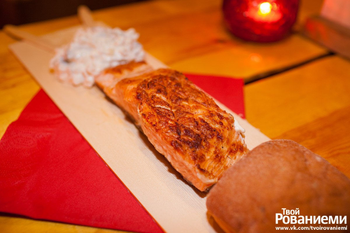 Лапландский чум Santa's Salmon Place, где подают жареный на костре лосось.