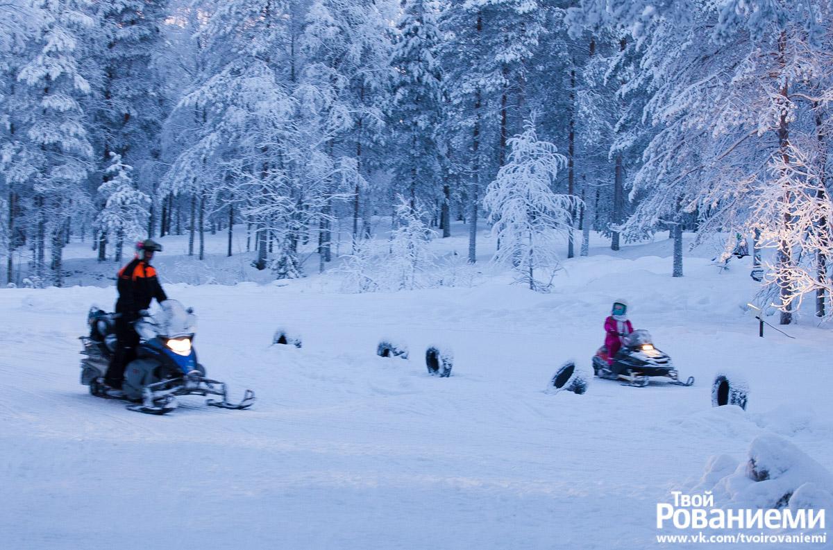 Парк снегоходов в Деревне Санта Клауса.