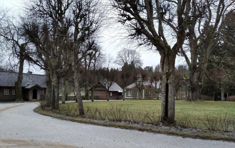 Площадь перед барским домом с круглым газоном в центре