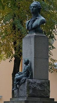 Бюст М.В.Ломоносова. Памятник установлен около Дома культуры в 1961 году (автор - скульптор Г.Д.Гликман). Фото из интернета.