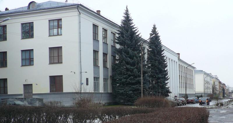 Это здание было построено на месте разрушенного в годы войны 1-го Городского училища.