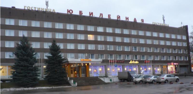 Здание городской гостиницы типично для советской архитектуры  1970-х годов
