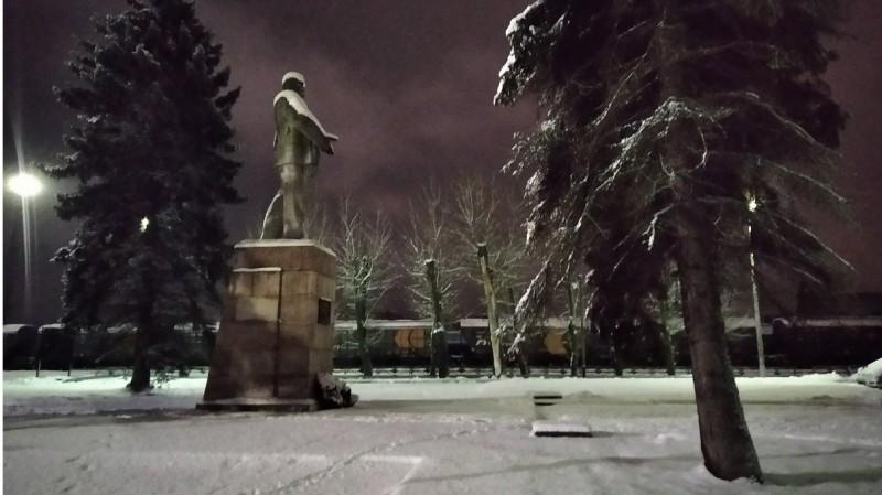 Памятник В.И.Ленину  у железнодорожного вокзала Великих Лук. Памятник основателю современного российского государства убран из центра, но не уничтожен.