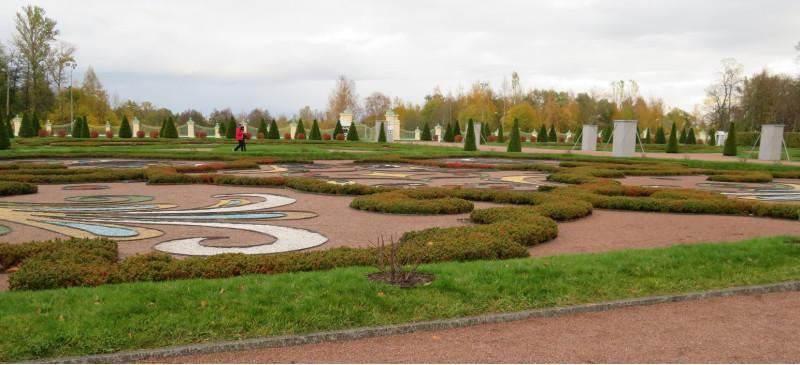 Цветник Нижнего сада поздней осенью. Вдалеке в тумане — Финский залив.
