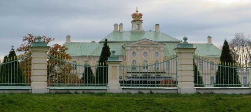 Вид на центральный корпус Большого Дворца со стороны Дворцового проспекта.
