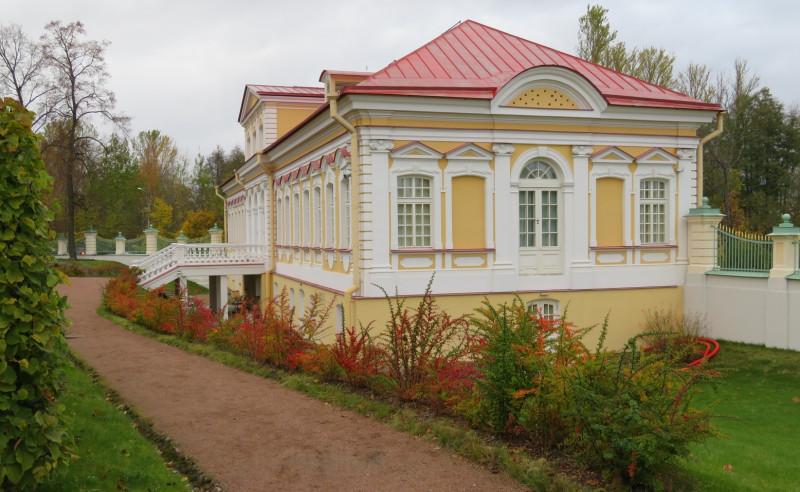 """В нижний сад выходит фасад здания музея """"Картинный дом"""""""