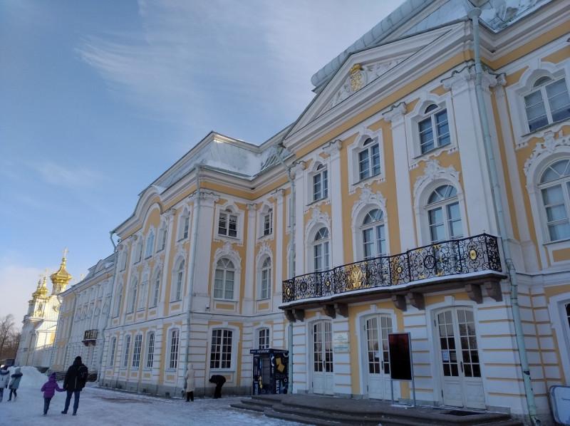 У Большого дворца нет таких толп народа, как летом и ранней осенью.