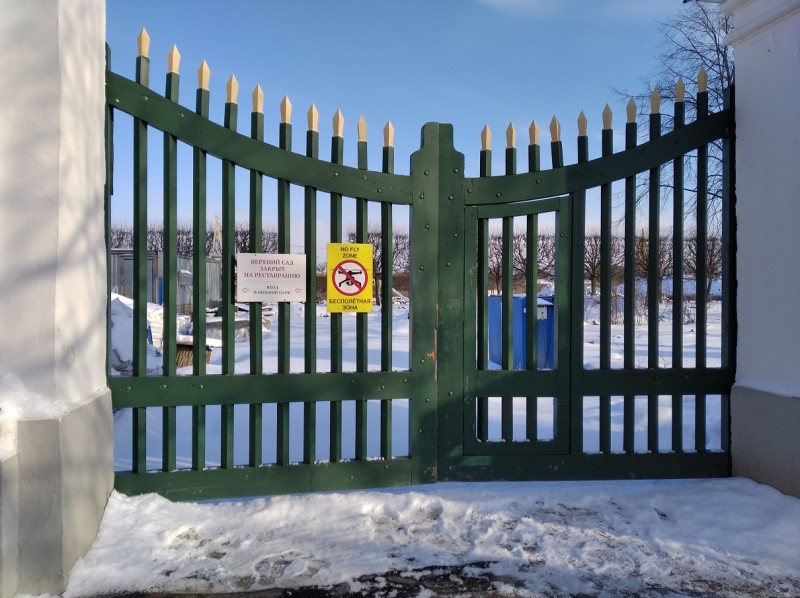 Капитальное объявление гласит: Верхний сад закрыт на реставрацию. Подглядывать с высоты нельзя!  Обыватель насторожился — не понятно, что хотят скрыть. И для почему?