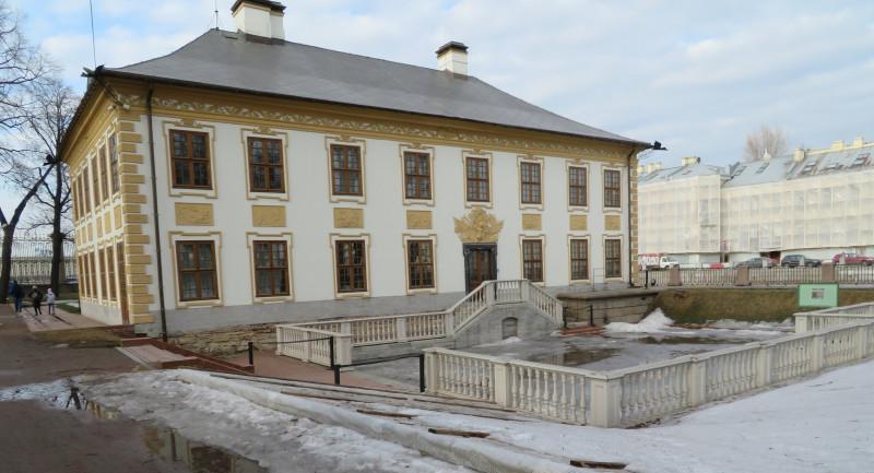 К главному входу в Летний дворец Петра I раньше можно было подплыть со стороны реки Фонтанки. Пирс восстановлен в процессе реставрации в начале 2000-х, при этом набережная Фонтанки сохранена полностью.