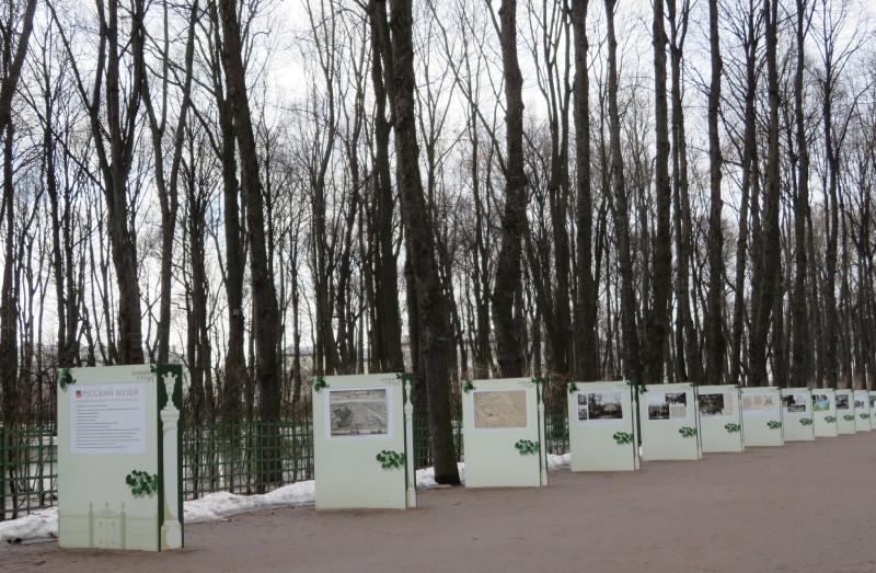 Экспозиция, посвященная 315-ти летию Летнего сада Санкт-Петербурга, состоит из из нескольких десятков информационных щитов на Главной аллеи сада