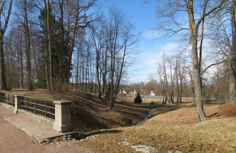 Вид из Верхнего парка на Краснофлотское шоссе (продолжение Дворцового проспекта за пределами Ломоносова)