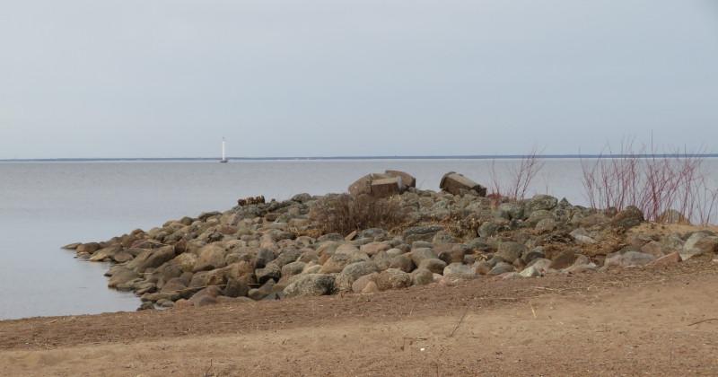 Все, что осталось от беседки, построенной по проекту архитектора А.И.Штакеншнейдера в 1839 году. Вдалеке — северный берег Финского залива.