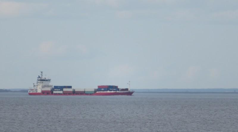 Сухогруз на Морском канале, проложенном по мелководью Маркизовой лужи