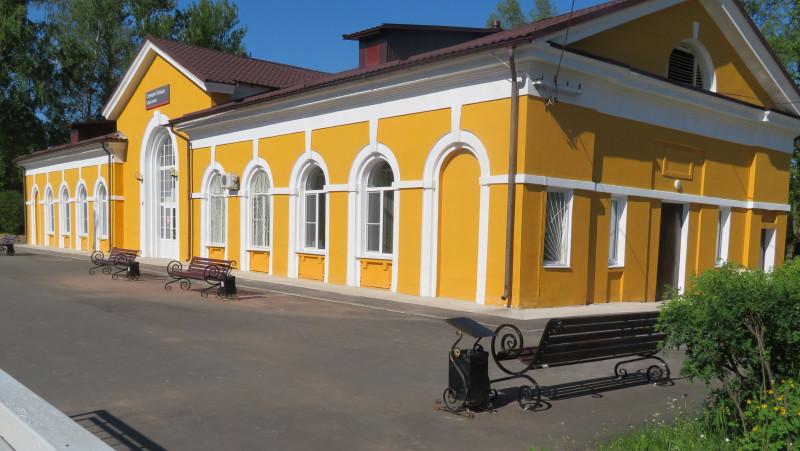 Здание вокзала со стороны железнодорожное платформы