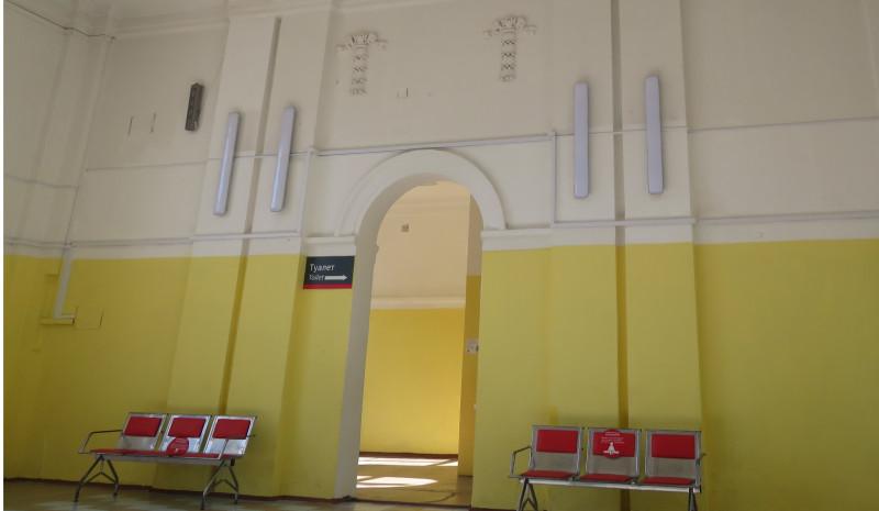 Внутри здания вокзала чисто и безлюдно