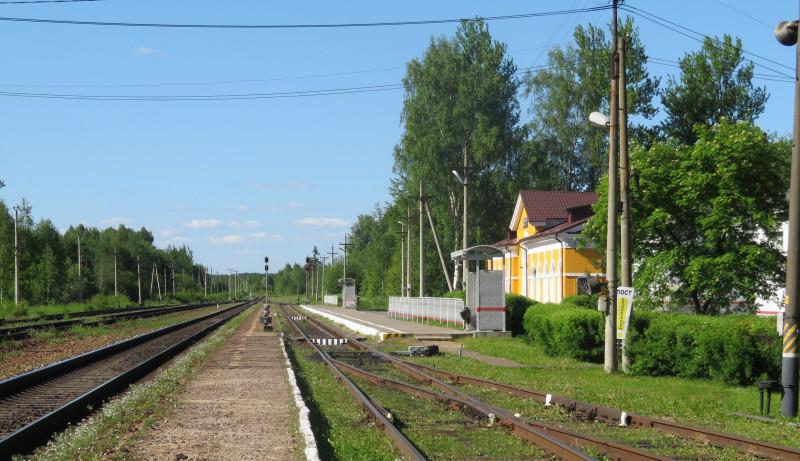 Многочисленные пристанционные железнодорожные пути пусты, сквозное движение по главному пути тоже не очень интенсивно.