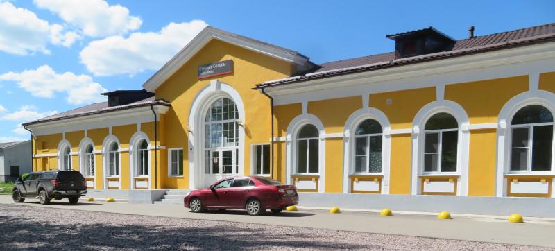 Здание вокзала со стороны дороги, ведущий в город Сольцы
