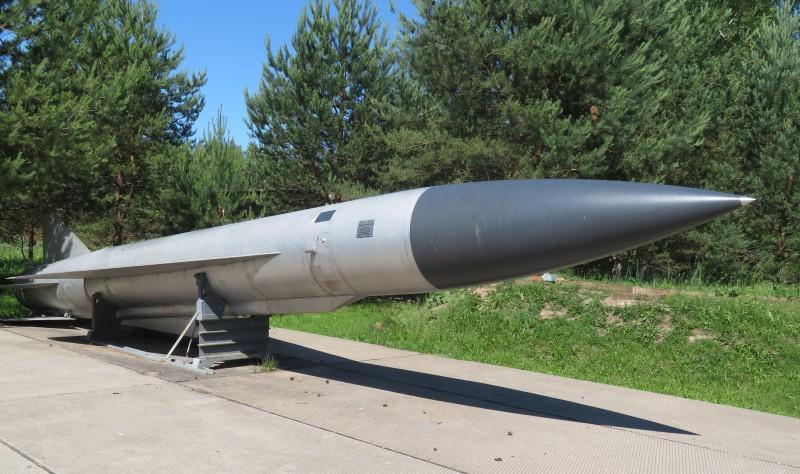 Крылатая ракета Х-22 НА. Длина изделия около 12 м, диаметр около 90 см, размах крыла около 3 м, скорость полета 3500-4600 км/час