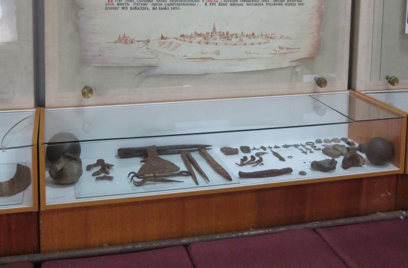 Стенд с археологическими находками.