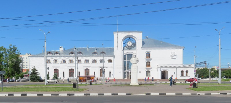 Вокзальная площадь Великого Новгорода. Здание железнодорожного вокзала