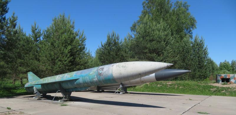 Крылатые ракеты КСР-5 и Х-22НА, выставленные на площадке перед Музеем Солецкого гарнизона