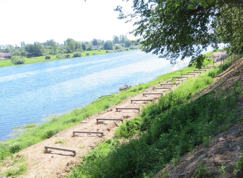 Набережная 7-ого Ноября реконструируется — над рекой на сваях строится пешеходная прогулочная дорожка