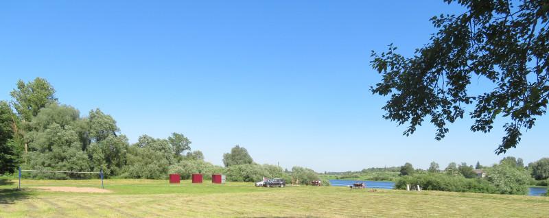 Набережная 7-ого Ноября ведет в гороской парк и зону отдыха с городским пляжем, расположенным недалеко от автостанции.