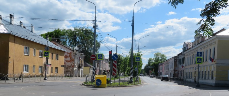 Советская улица — участок шоссе Р56 в г.Сольцы между Новгородской улицей и Псковским шоссе. Второе здание слева — Краеведческий музей.