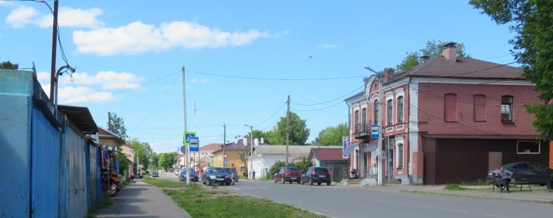 Улица Луначарского. Вид со стороны автостанции. Слева — городской рынок, справа — автобусная остановка.