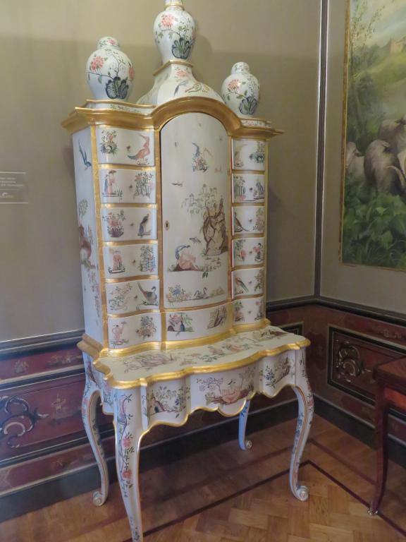 Фрагмент интерьера спальни с белым бюро-кабинетом, являющимся уникальным примером стиля шинуазри в мебели (1759 год)