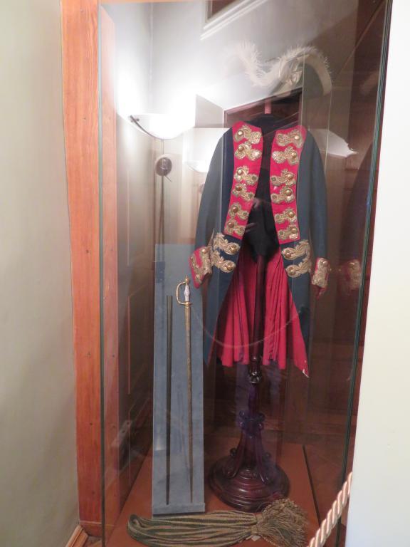 Личные вещи Петра III — треуголка, шарф, мундир полковника голштинского пехотного полка. Будучи комендантом крепости, он не раз появлялся в этом наряде на балконе дворца, чтобы поприветствовать своих подчиненных.