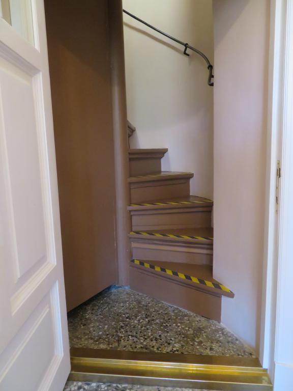 Потайная лестница в будуар очень узкая и крутая