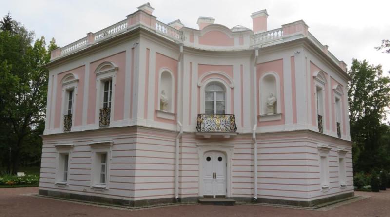 Парадный вход во дворце. Над дверью балкон, с которого Наследник российского престола, будучи комендантом крепости, любил приветствовать своих подчиненных в мундире полковника голштинского пехотного полка.