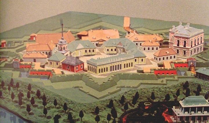 Макет крепости Петерштадт. Справа на макете — Дворец Петра III, слева среди построек просматривается шпиль парадных крепостных ворот.