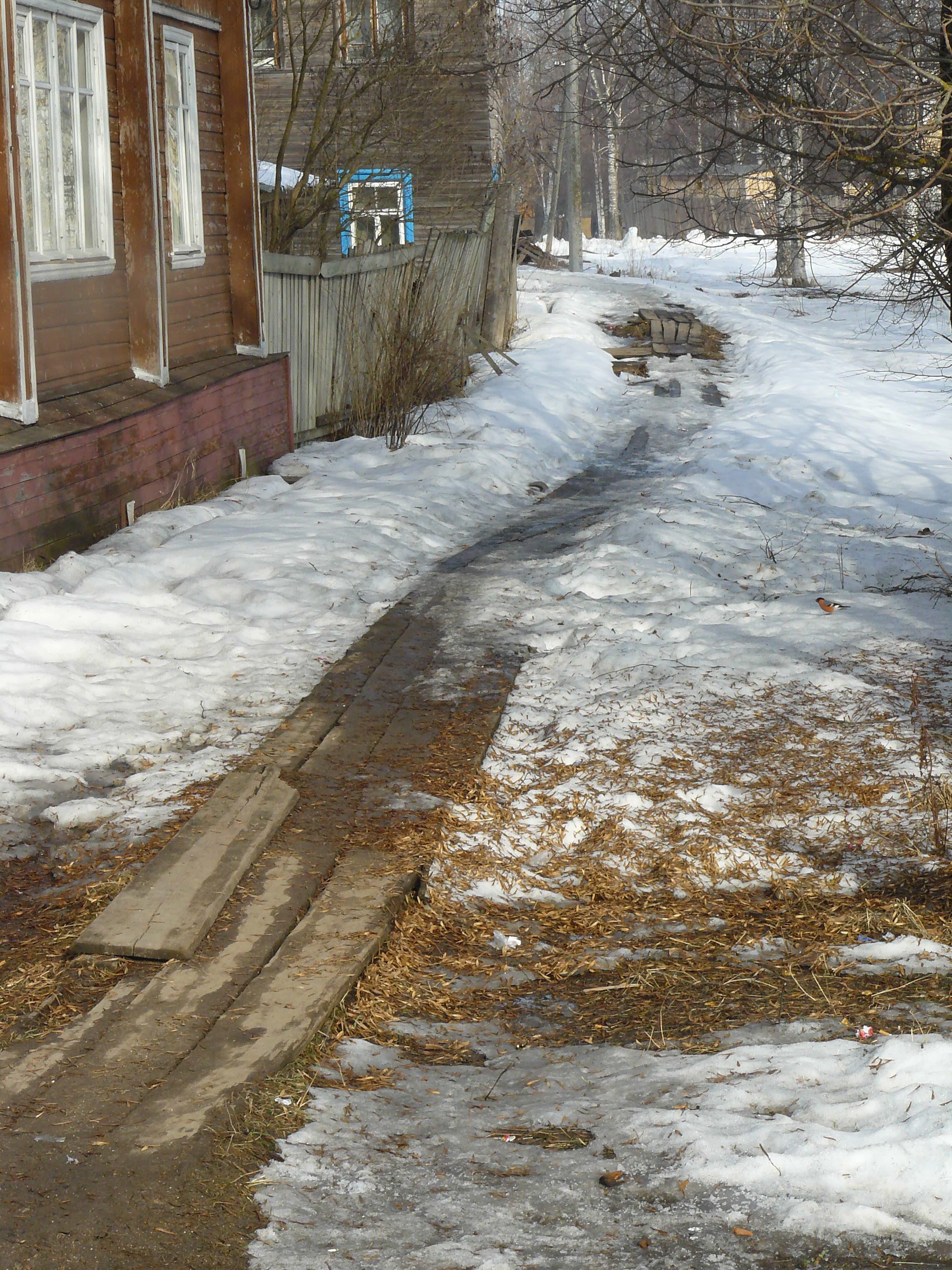 Тротуар вдоль домов
