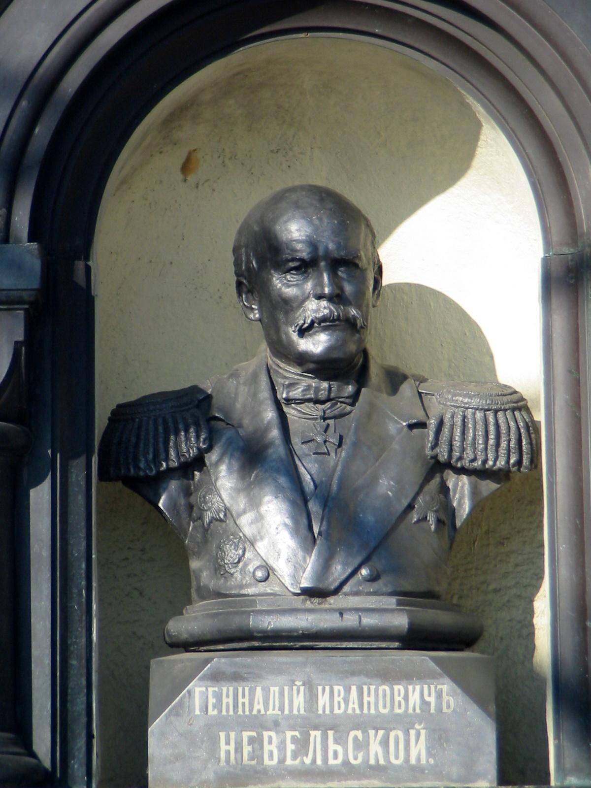 А это часть памятника ему же во Владивостоке. Видно, что этот городок побогаче.