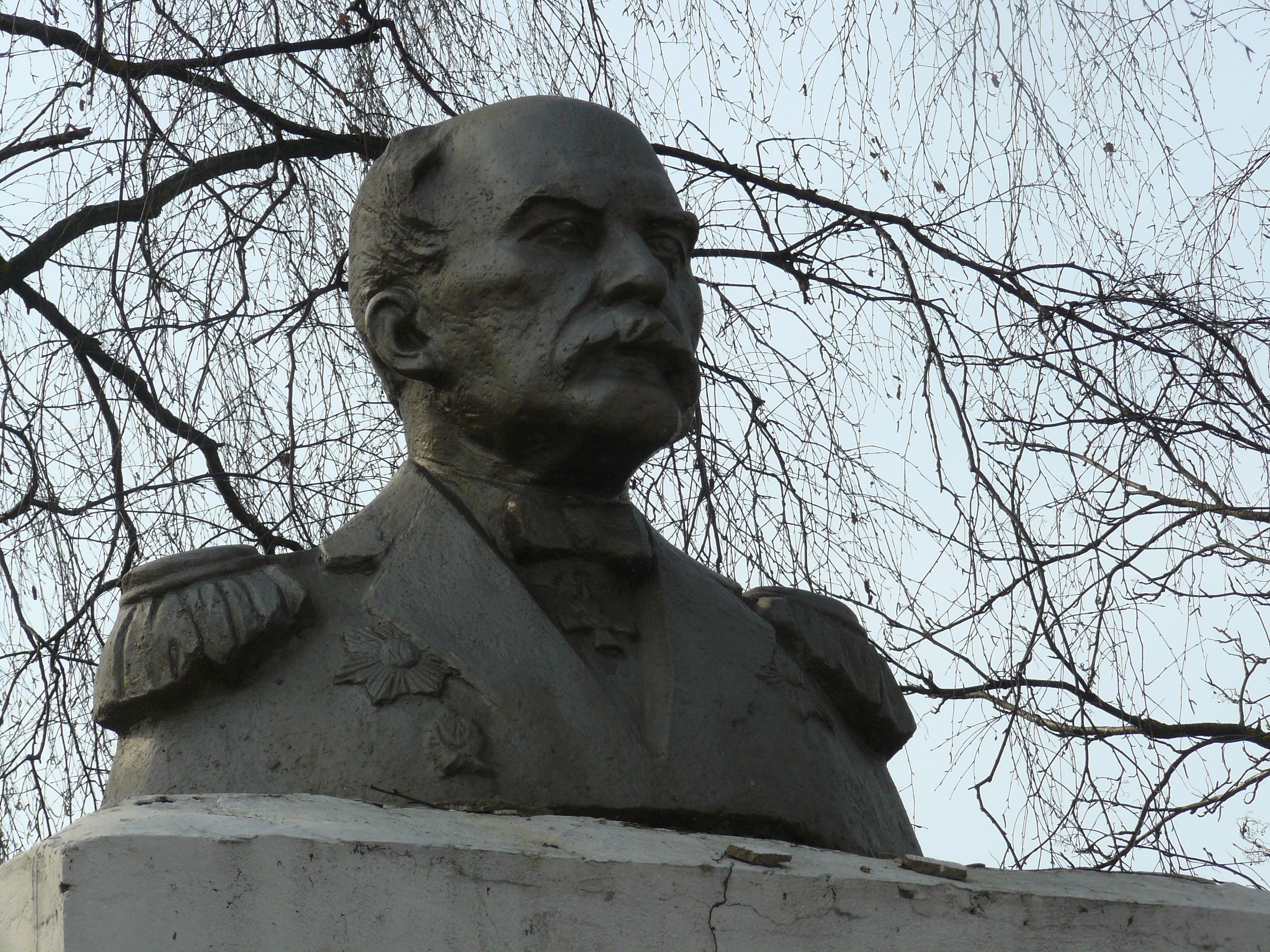 """Это памятник Г.Невельскому, Тому, который из """"Юноны и Авось"""" (шутка)."""