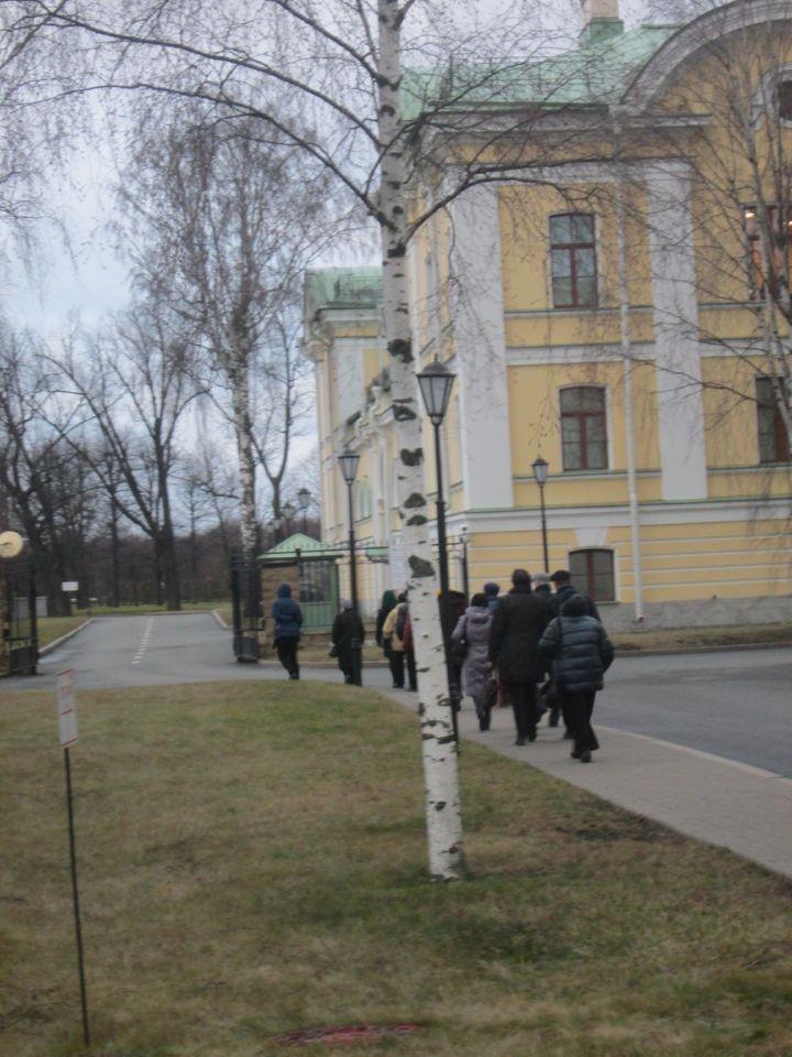 Еще один КПП на воротах ограждения Дворца от территории, где расположены коттеджи для высоких гостей и гостиницы их обслуги. Проход экскурсантов без повторной проверки