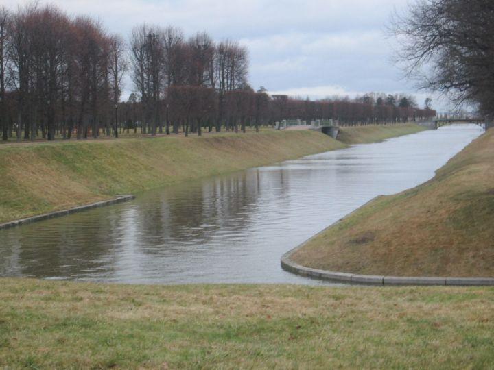 В дворцовом парке имеется система каналов с выходом в Финский залив