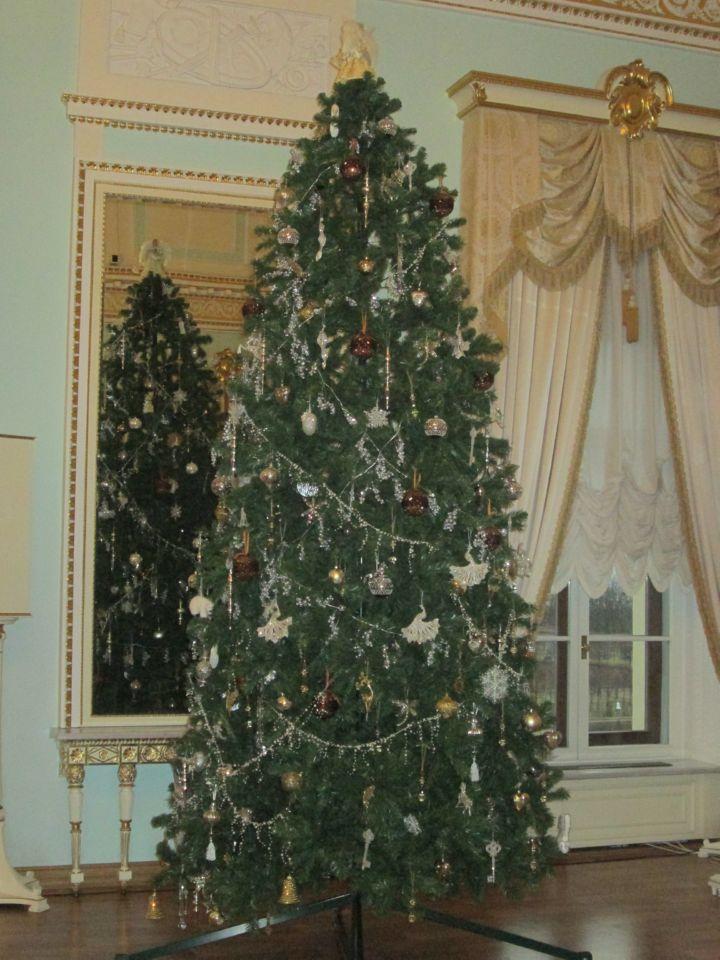 Елка в Большом зале дворца ждет детей на новогодний праздник