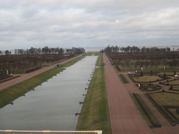 Вид из окна Большого зала на нижний парк и Морской канал с выходом в Финский залив. Ко Дворцу могут подходить не хилые яхты.