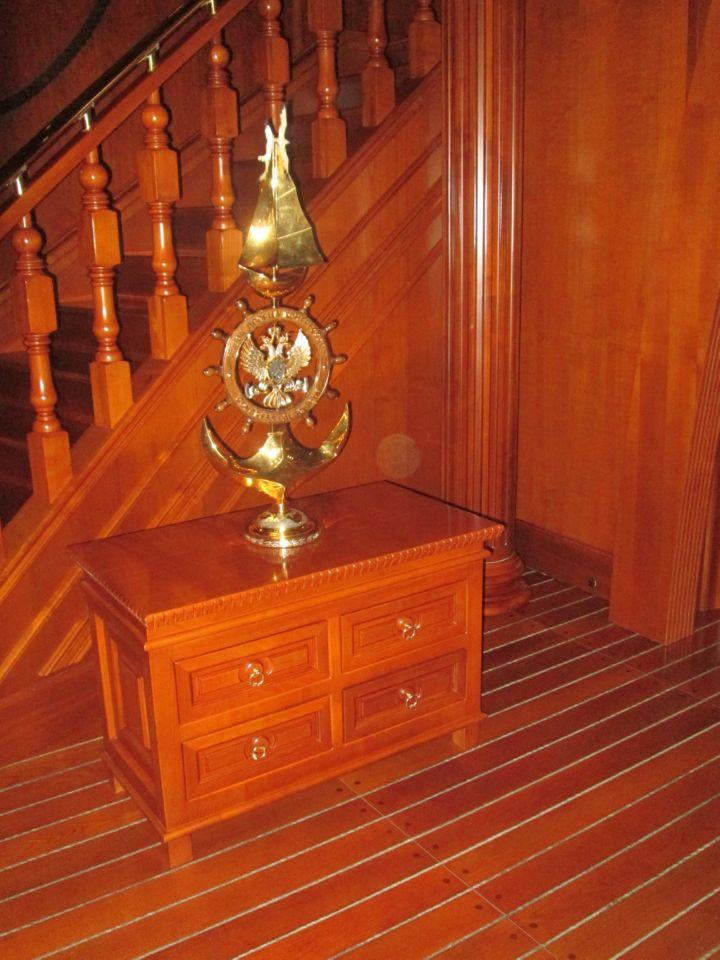 Лестница в башенку бельведера, хорошо просматривающуюся на контуре Константиновского дворца. На башенке установлен флагшток с флагом РФ
